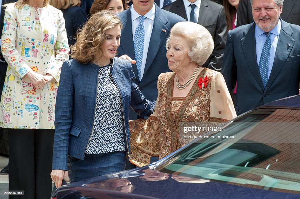 Queen <a gi-track='captionPersonalityLinkClicked' href=/galleries/search?phrase=Letizia+of+Spain&family=editorial&specificpeople=158373 ng-click='$event.stopPropagation()'>Letizia of Spain</a> and Princess Beatrice of Holland (R) attend the opening of the painting exhibition 'The Bosch' at El Prado Museum on May 30, 2016 in Madrid, Spain.