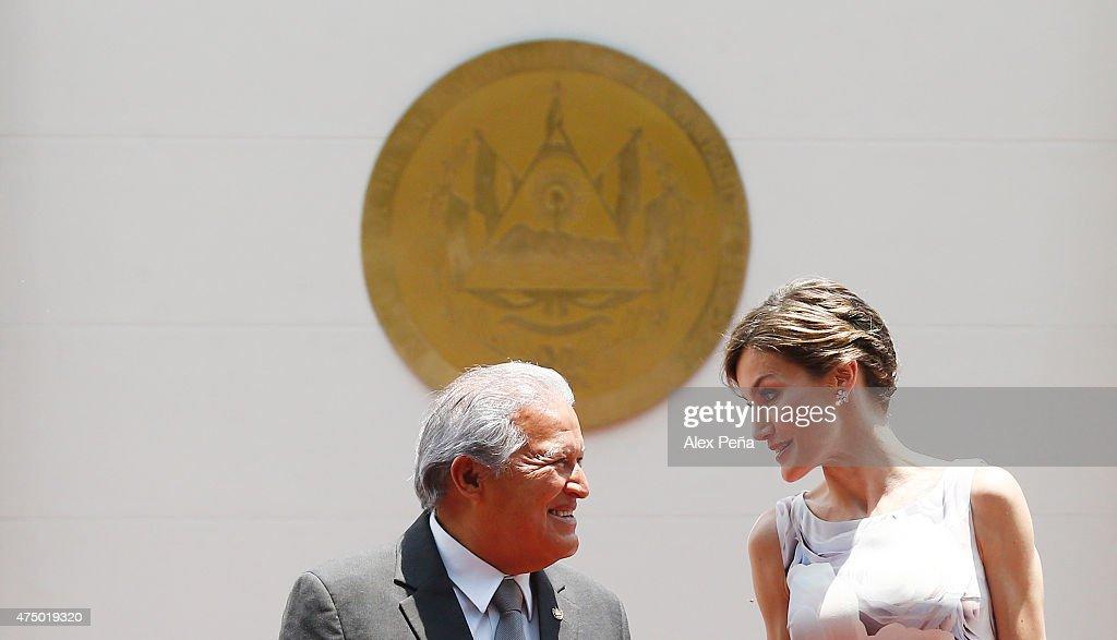 Queen Letizia of Spain and Salvador Sanchez Ceren President of El Salvador talk during an official welcome ceremony at Presidential Palace during Letizia of Spain visit to El Salvador on May 28, 2015 in San Salvador, El Salvador.