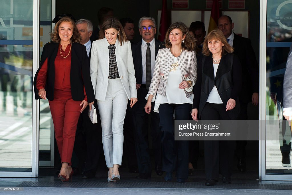 Queen Letizia of Spain (2L) attends Investigaciones en Ciencias de la Alimentaci��n (CIAL) at Autonoma Universiy on May 03, 2016 in Madrid, Spain.