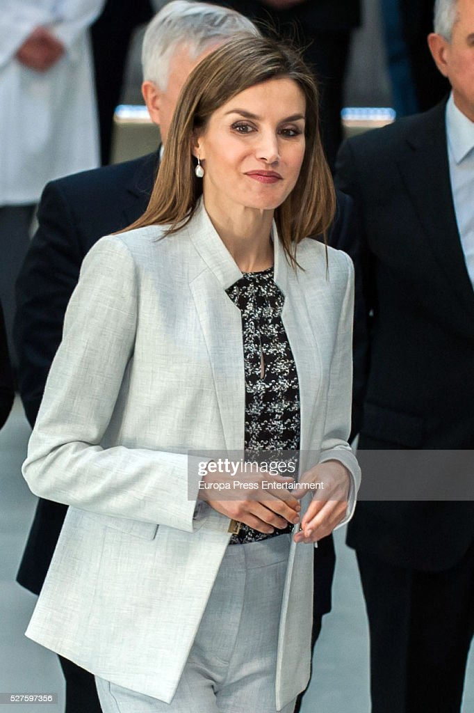 Queen Letizia of Spain attends Investigaciones en Ciencias de la Alimentaci��n (CIAL) at Autonoma Universiy on May 03, 2016 in Madrid, Spain.