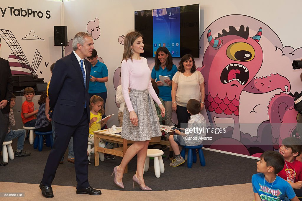 Queen <a gi-track='captionPersonalityLinkClicked' href=/galleries/search?phrase=Letizia+of+Spain&family=editorial&specificpeople=158373 ng-click='$event.stopPropagation()'>Letizia of Spain</a> (C) attends the opening of the Madrid Book Fair 2016 at the Retiro Park on May 27, 2016 in Madrid, Spain.