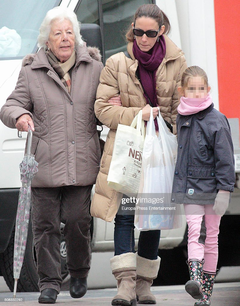 queen-letizias-sister-telma-ortiz-her-niece-amanda-martin-and-menchu-picture-id508332292