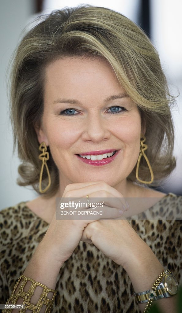 Queen Mathilde of Belgium smiles during a visit at the CAW Brussels (Centrum Algemeen Welzijn - General Welfare Center)on January 27, 2016 in Brussels. / AFP / BELGA / BENOIT DOPPAGNE / Belgium OUT