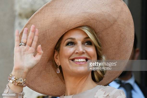 Queen Maxima of Netherlands waves as she arrives at Rome City Hall for a meeting with Rome's mayor Virginia Raggi on June 20 2017 / AFP PHOTO /...