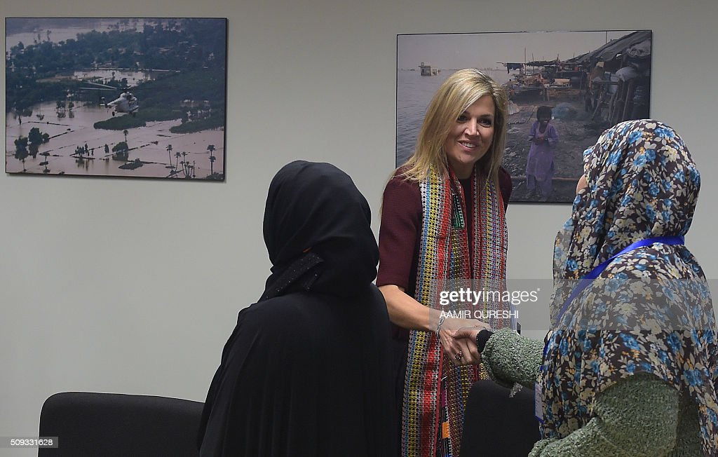 Queen Maxima (C) of the Netherlands shakes hands with a beneficiary of the Kashf Foundation in Islamabad on February 10, 2016. Queen Maxima of the Netherlands, UN Secretary Generals Special Advocate (UNSGSA) for Inclusive Finance for Development, is in Pakistan on a three day official visit. AFP PHOTO / Aamir QURESHI / AFP / AAMIR QURESHI