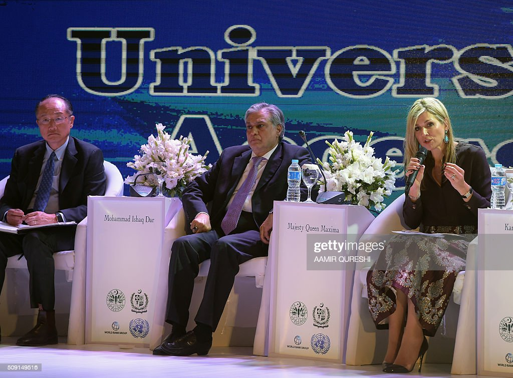 Queen Maxima (R) of the Netherlands speaks as Pakistani Finance Minister Ishaq Dar (C) and President of the World Bank Jim Yong Kim (L) look on during a launching ceremony of Universal Financial Assess Initiative in Islamabad on February 9, 2016. Queen Maxima of the Netherlands, UN Secretary Generals Special Advocate (UNSGSA) for Inclusive Finance for Development arrived in Islamabad on a three day official visit to Pakistan. AFP PHOTO / Aamir QURESHI / AFP / AAMIR QURESHI