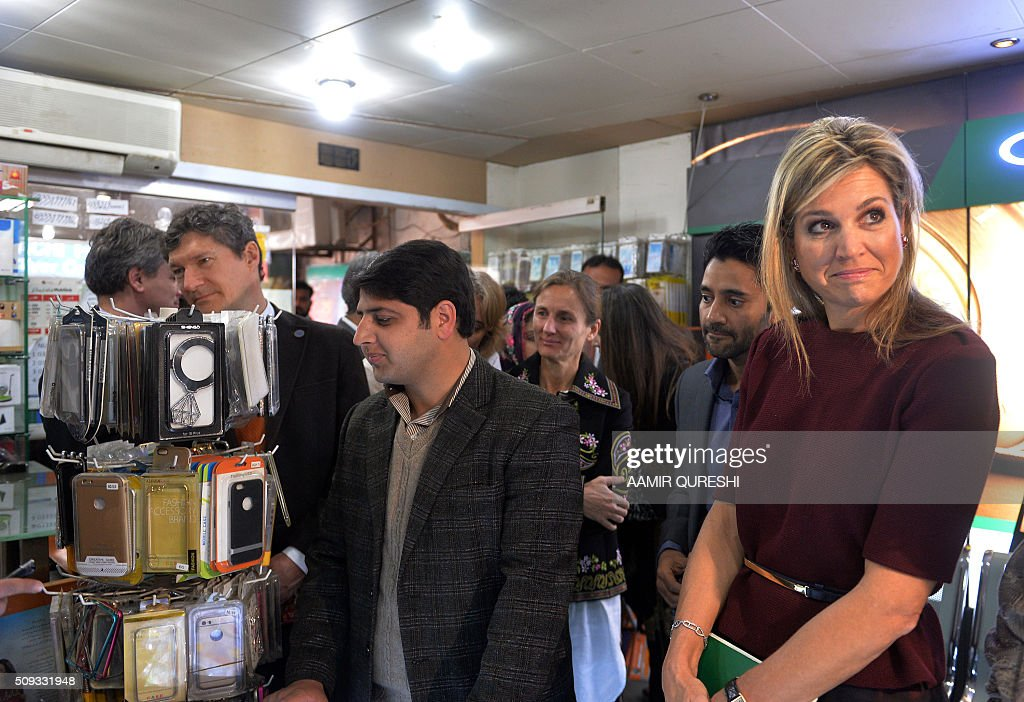 Queen Maxima of the Netherlands (R) visits an Easypaisa Money Transfer facility in Rawalpindi on February 10, 2016. Queen Maxima of the Netherlands, UN Secretary Generals Special Advocate (UNSGSA) for Inclusive Finance for Development, is in Pakistan on a three day official visit. AFP PHOTO / Aamir QURESHI / AFP / AAMIR QURESHI