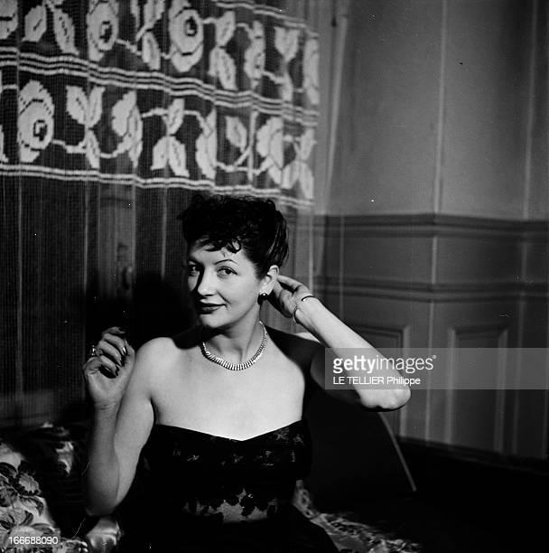 Queen Of Paris A Paris portrait en intérieur d'une femme non identifiée appelée REINE DE PARIS souriante assise dans son appartement vêtue d'un...