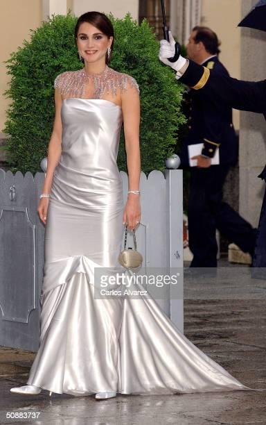 Queen Rania Al Abdullah of Jordan arrives to attend a gala dinner at El Pardo Royal Palace on May 21 2004 in Madrid Spain Spanish Crown Prince Felipe...
