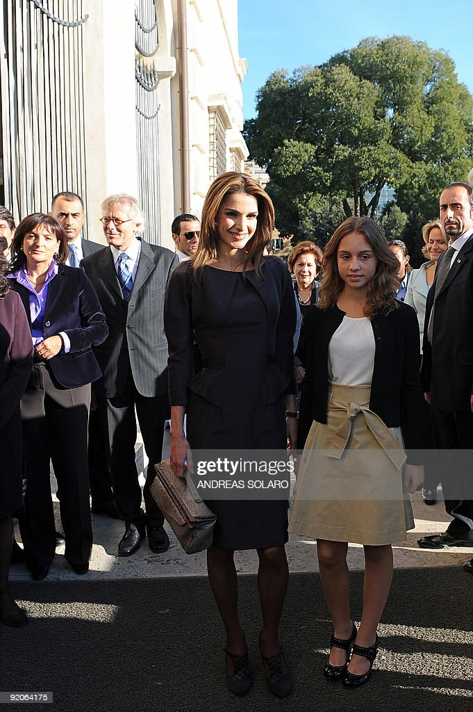 Queen Rania of Jordan (L) and daughter Princess Iman arrive at the Borghese gallery for a visit on October 20, 2009 in Rome. Queen Rania and King Abdullah II are on an official visit to Italy. AFP PHOTO / ANDREAS SOLARO