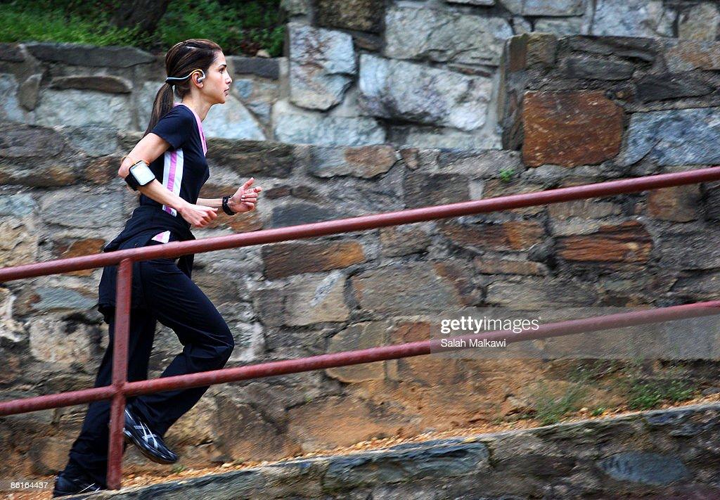 queen-rania-of-jordan-jogs-on-april-22-2009-in-washington-dc-picture-id86164437