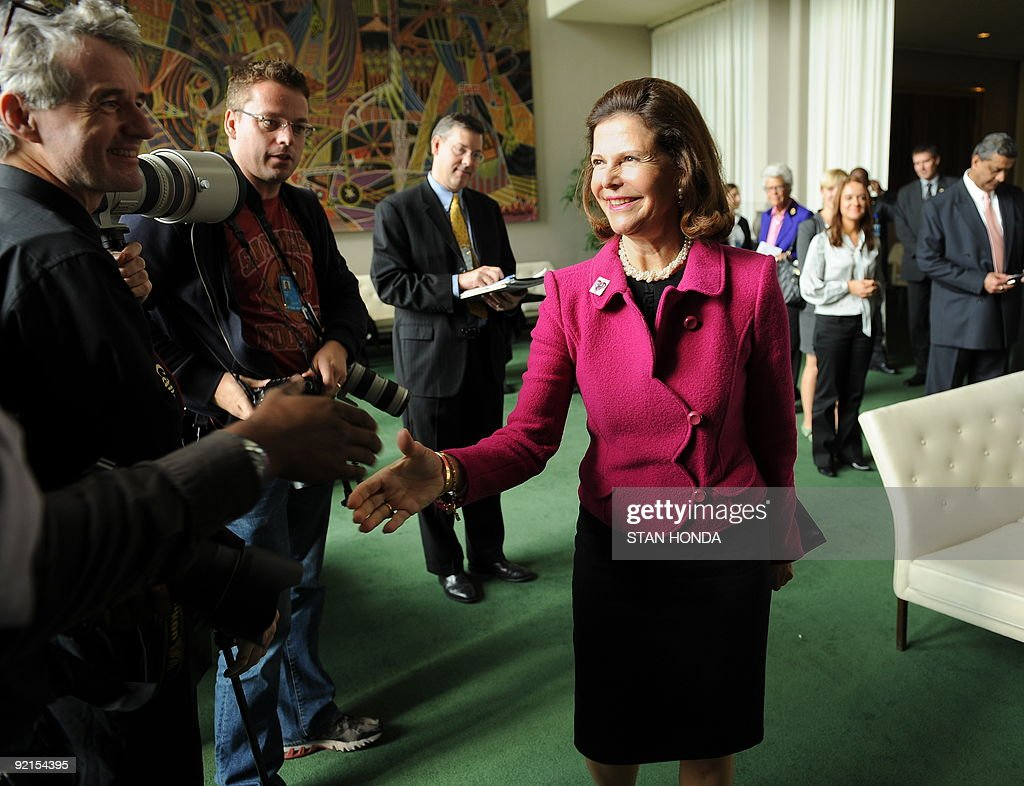 Queen Silva of Sweden greets photographers just before meeting with the Swedish media October 20, 2009 at UN headquarters in New York. Queen Silva attended a conference, 'Sexual Abuse and Exploitation of Children - 10 years in the field', organized by the World Childhood Foundation with the United Nations Office for Partnerships. Queen Silva founded the Foundation. AFP PHOTO/Stan HONDA