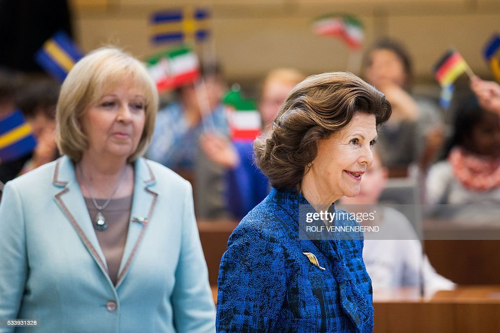 Queen Silvia of Sweden (R) and North Rhine-Westphalia's State Premier Hannelore Kraft visit the plenary hall of the regional parliament in Duesseldorf, western Germany, on May 24, 2016. / AFP / dpa / Rolf Vennenbernd / Germany OUT