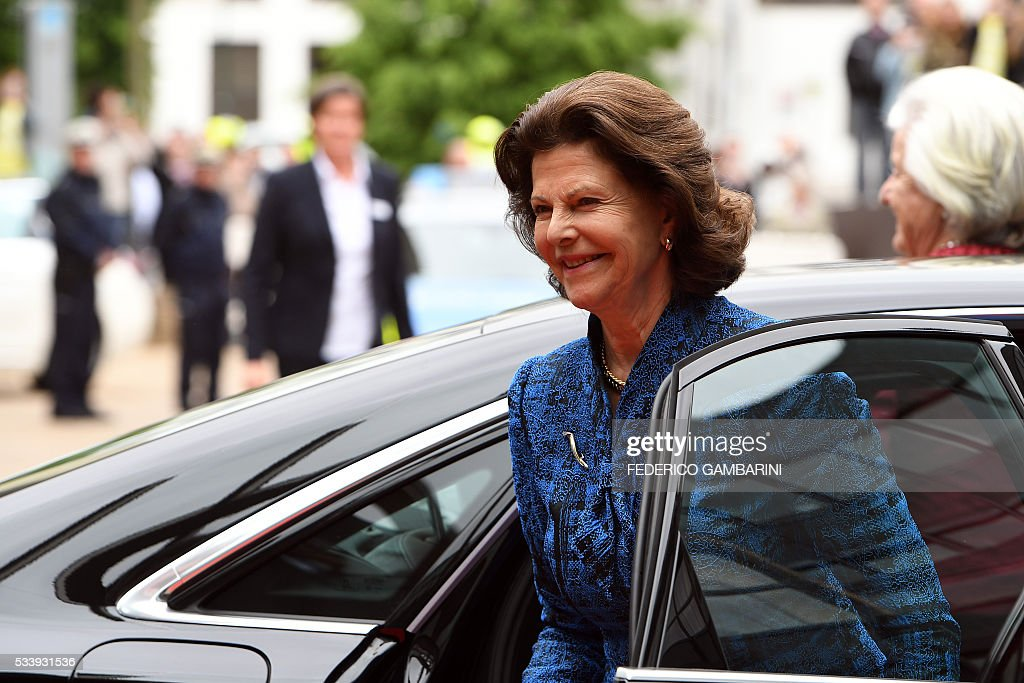 Queen Silvia of Sweden arrives to visit the plenary hall of the regional parliament in Duesseldorf, western Germany, on May 24, 2016. / AFP / dpa / Federico Gambarini / Germany OUT