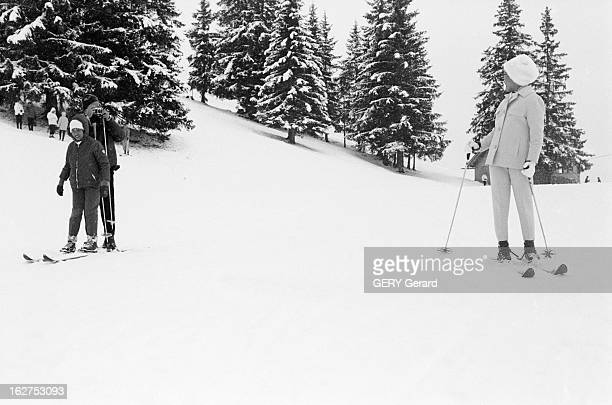 Queen Sirikit And King Bhumibol On Winter Sports In Gstaad En Suisse à Gstaad en janvier 1961 A l'occasion de leurs vacances les souverains de...