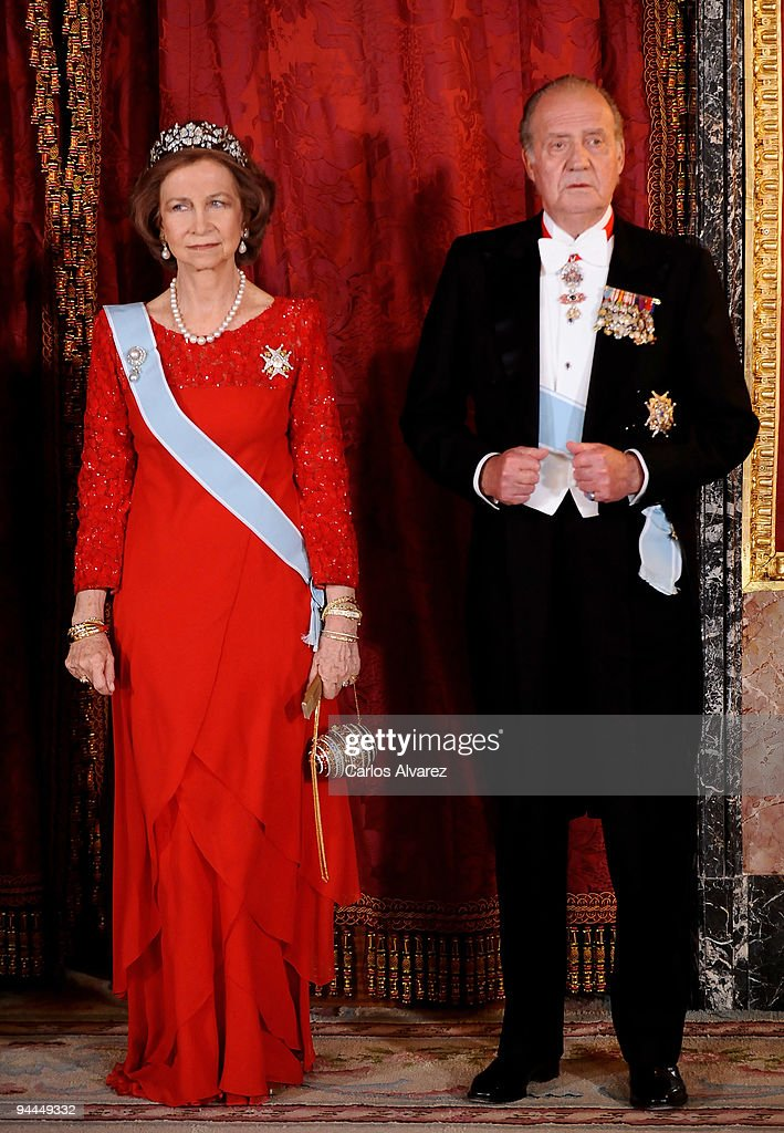 Queen Sofia of Spain and King Juan Carlos of Spain attend a Gala Dinner honouring Vetnam President Nguyen Minh Triet and his wife Tran Thi Kim Chi at the Royal Palace on December 14, 2009 in Madrid, Spain.