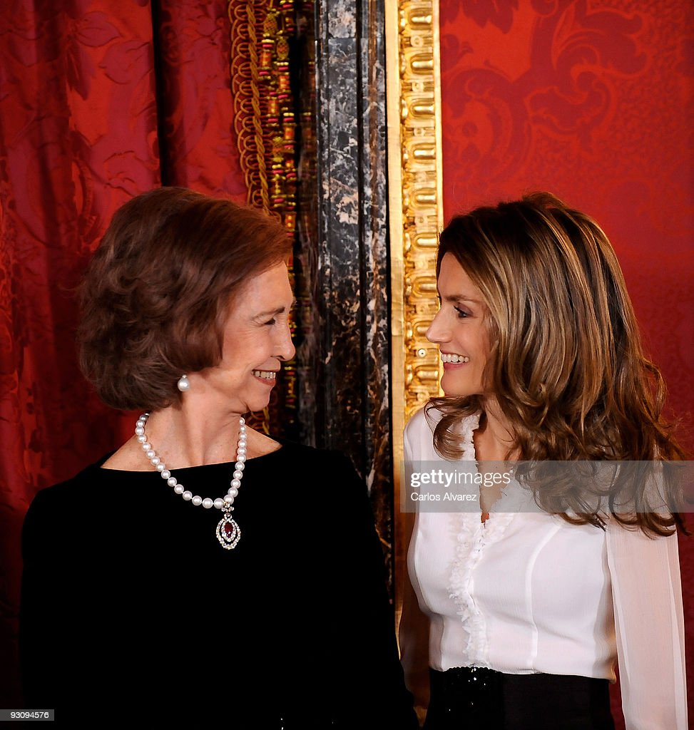 Queen Sofia of Spain (L) and Princess Letizia of Spain (R) attend a Dinner honouring Hungarian President Laslo Solyom at the Royal Palace on November 16, 2009 in Madrid, Spain.