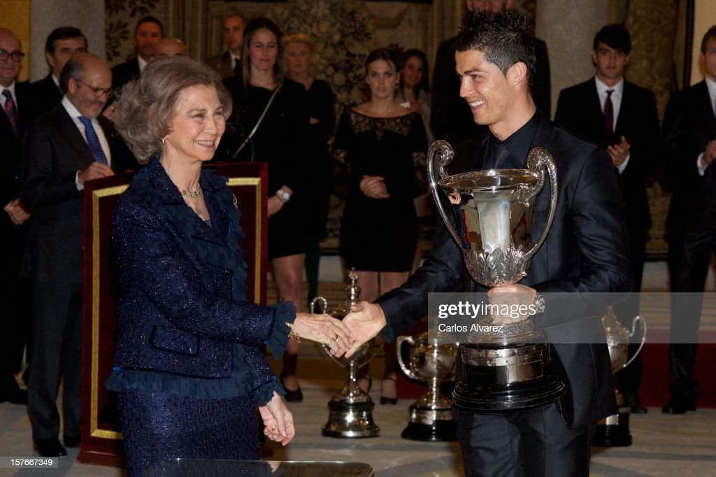 <a gi-track='captionPersonalityLinkClicked' href=/galleries/search?phrase=Queen+Sofia+of+Spain&family=editorial&specificpeople=160333 ng-click='$event.stopPropagation()'>Queen Sofia of Spain</a> presents Real Madrid's Portuguese player <a gi-track='captionPersonalityLinkClicked' href=/galleries/search?phrase=Cristiano+Ronaldo+-+Soccer+Player&family=editorial&specificpeople=162689 ng-click='$event.stopPropagation()'>Cristiano Ronaldo</a> with the Ibero-American Community Trophy during the National Sports Awards ceremony at El Pardo Palace on December 5, 2012 in Madrid, Spain.