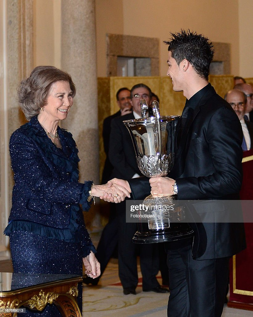 <a gi-track='captionPersonalityLinkClicked' href=/galleries/search?phrase=Queen+Sofia+of+Spain&family=editorial&specificpeople=160333 ng-click='$event.stopPropagation()'>Queen Sofia of Spain</a> (L) presents Real Madrid's Portuguese player <a gi-track='captionPersonalityLinkClicked' href=/galleries/search?phrase=Cristiano+Ronaldo+-+Soccer+Player&family=editorial&specificpeople=162689 ng-click='$event.stopPropagation()'>Cristiano Ronaldo</a> with the Ibero-American Community Trophy during the National Sports Awards ceremony at El Pardo Palace on December 5, 2012 in Madrid, Spain
