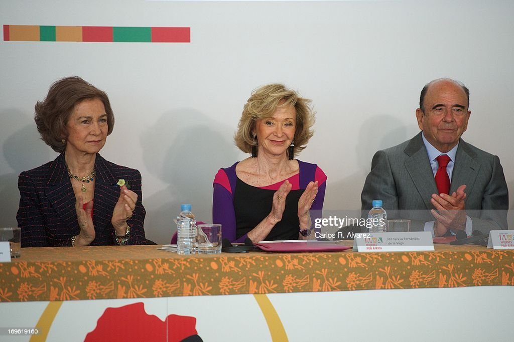 <a gi-track='captionPersonalityLinkClicked' href=/galleries/search?phrase=Queen+Sofia+of+Spain&family=editorial&specificpeople=160333 ng-click='$event.stopPropagation()'>Queen Sofia of Spain</a> (L), President of 'Mujeres por Africa' Foundation <a gi-track='captionPersonalityLinkClicked' href=/galleries/search?phrase=Maria+Teresa+Fernandez+de+la+Vega&family=editorial&specificpeople=841674 ng-click='$event.stopPropagation()'>Maria Teresa Fernandez de la Vega</a> (C) and President of the Spanish bank Banco Santander, Emilio Botin (R) attend the 'Mujeres Por Africa' exhibition at the COAM on May 29, 2013 in Madrid, Spain.