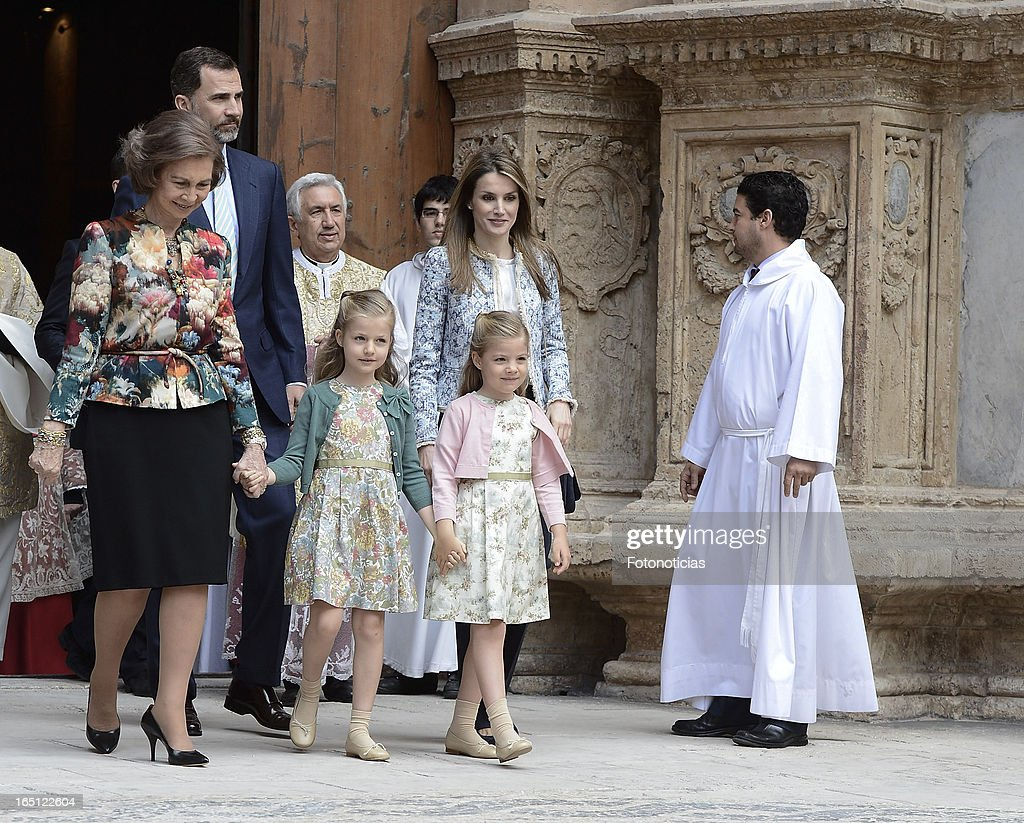 <a gi-track='captionPersonalityLinkClicked' href=/galleries/search?phrase=Queen+Sofia+of+Spain&family=editorial&specificpeople=160333 ng-click='$event.stopPropagation()'>Queen Sofia of Spain</a>, Prince Felipe of Spain, Princess <a gi-track='captionPersonalityLinkClicked' href=/galleries/search?phrase=Letizia+of+Spain&family=editorial&specificpeople=158373 ng-click='$event.stopPropagation()'>Letizia of Spain</a> and her daughters Princess <a gi-track='captionPersonalityLinkClicked' href=/galleries/search?phrase=Leonor+-+Princess+of+Asturias&family=editorial&specificpeople=6328965 ng-click='$event.stopPropagation()'>Leonor</a> (L) and Princess Sofia attend Easter Mass at The Cathedral of Palma de Mallorca on March 31, 2013 in Palma de Mallorca, Spain.