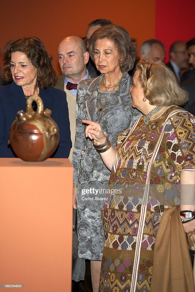 <a gi-track='captionPersonalityLinkClicked' href=/galleries/search?phrase=Queen+Sofia+of+Spain&family=editorial&specificpeople=160333 ng-click='$event.stopPropagation()'>Queen Sofia of Spain</a> (C) visits the 'Grandes Maestros del Arte Popular de Iberoamerica' exhibition at the Fernan Gomez Teather on April 2, 2013 in Madrid, Spain.