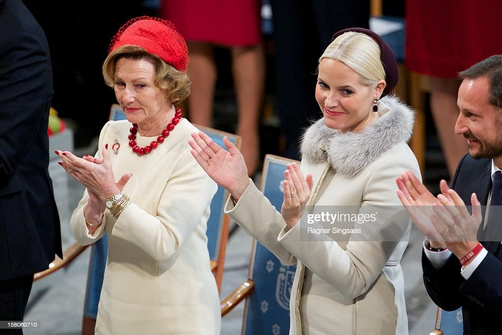 <a gi-track='captionPersonalityLinkClicked' href=/galleries/search?phrase=Queen+Sonja+of+Norway&family=editorial&specificpeople=160334 ng-click='$event.stopPropagation()'>Queen Sonja of Norway</a> and Princess Mette-Marit of Norway attend The Nobel Peace Prize Ceremony at Oslo City Hall on December 10, 2012 in Oslo, Norway.
