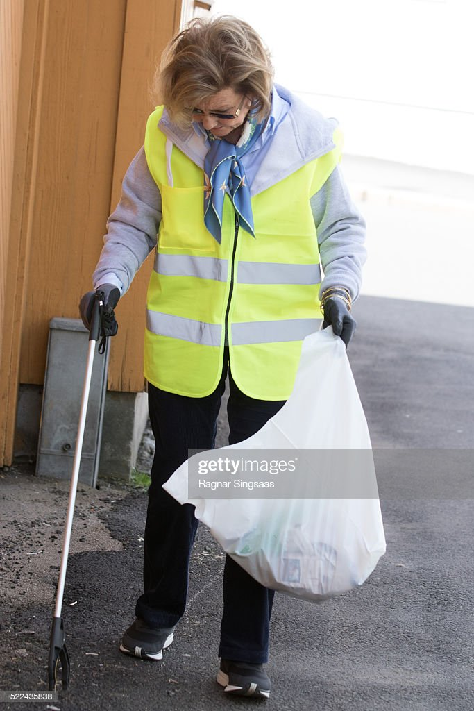 queen-sonja-of-norway-cleans-up-rubbish-as-she-meets-sandefjord-waste-picture-id522435838