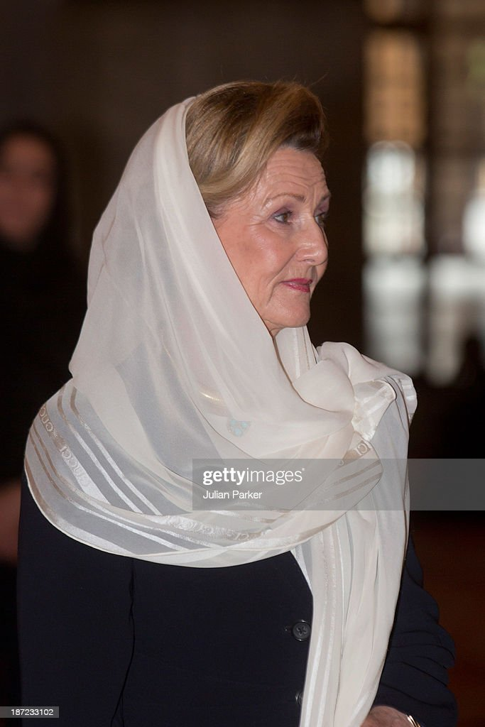<a gi-track='captionPersonalityLinkClicked' href=/galleries/search?phrase=Queen+Sonja+of+Norway&family=editorial&specificpeople=160334 ng-click='$event.stopPropagation()'>Queen Sonja of Norway</a> visits the Blue Mosque on day three of the royal couple's state visit to Turkey on November 7, 2013 in Istanbul, Turkey.