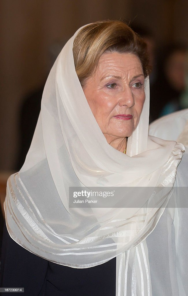 <a gi-track='captionPersonalityLinkClicked' href=/galleries/search?phrase=Queen+Sonja+of+Norway&family=editorial&specificpeople=160334 ng-click='$event.stopPropagation()'>Queen Sonja of Norway</a> visits the Blue Mosque on day three of their state visit to Turkey on November 7, 2013 in Istanbul, Turkey.