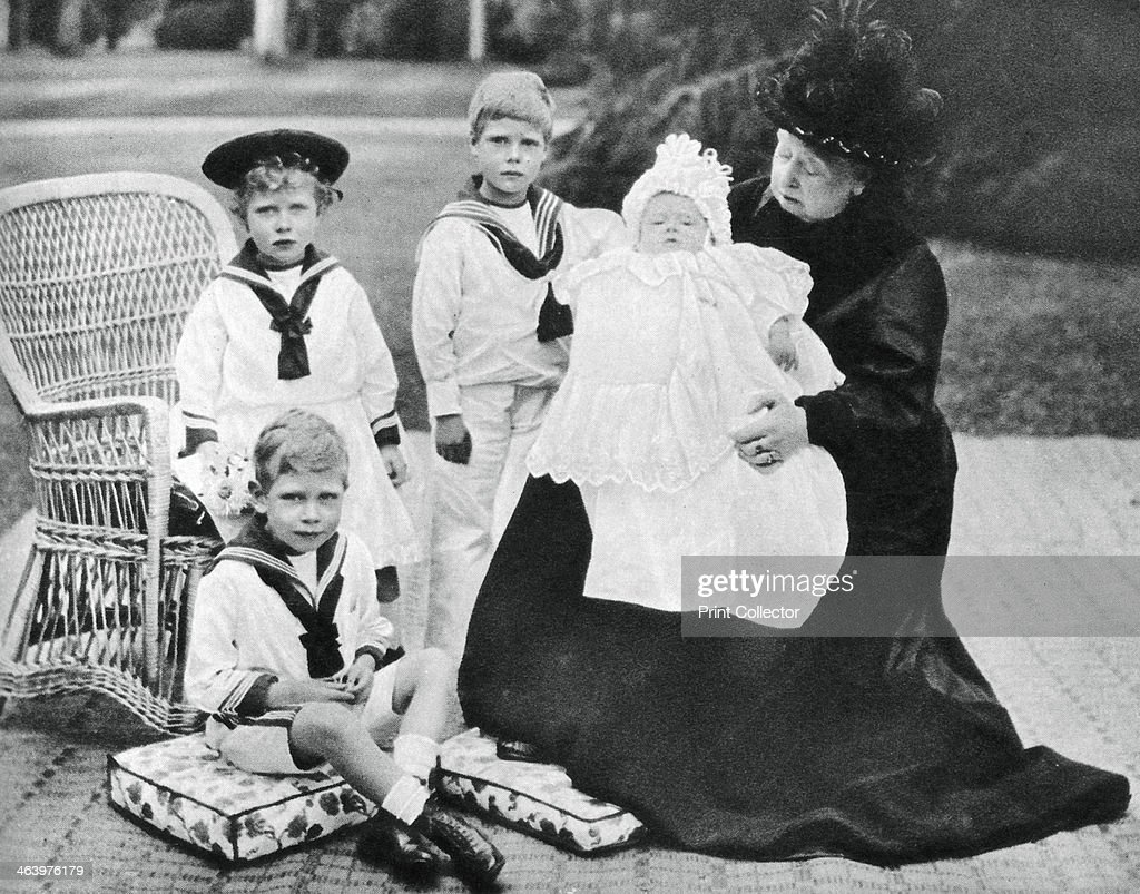 Queen Victoria with her greatgranchildren at Osborne House Isle of Wight 1900 The Queen with Princes Edward Albert Henry and Princess Mary A...