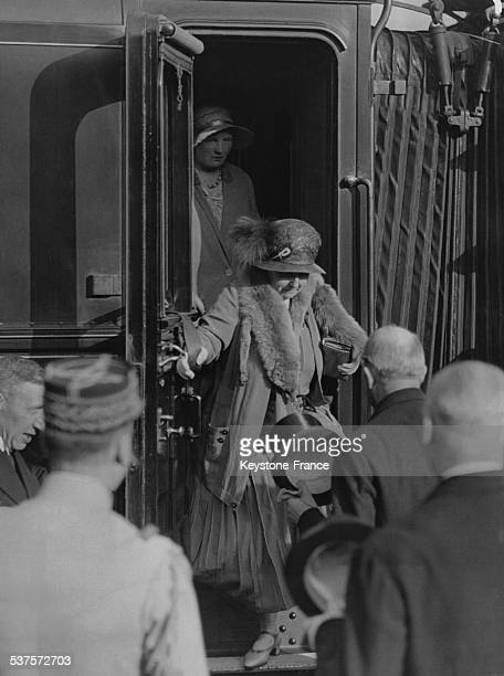 Queen Wilhelmina and Princess Juliana off the train at the Nord Station on June 16 1931 in Paris France