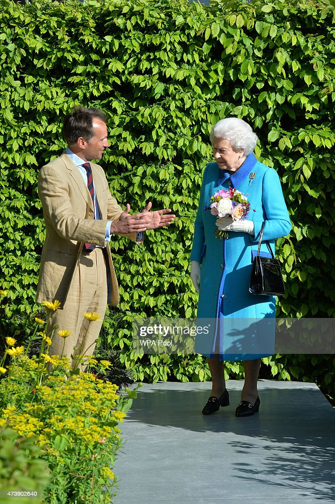 Queens Elizabeth II is shown the Telegraph Garden by designer Marcus Barnett. at the annual Chelsea Flower show at Royal Hospital Chelsea on May 18, 2015 in London, England.