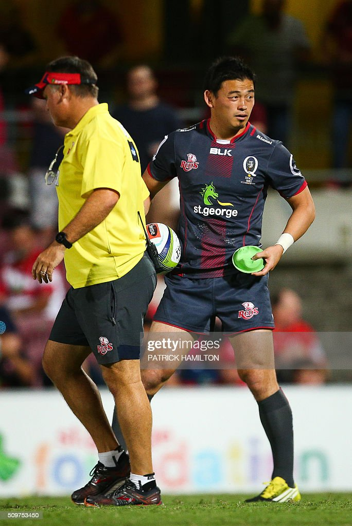 Queensland Reds Japanese import player Ayumu Goromaru (R) is handed a kicking tee to kick a conversion during the Super Rugby trial between Queensland Reds and Brumbies at Ballymore, Brisbane on February 12, 2016. The Super Rugby season starts on February 26. AFP PHOTO / PATRICK HAMILTON ---IMAGE RESTRICTED TO EDITORIAL USE - STRICTLY NO COMMERCIAL USE--- / AFP / PATRICK HAMILTON