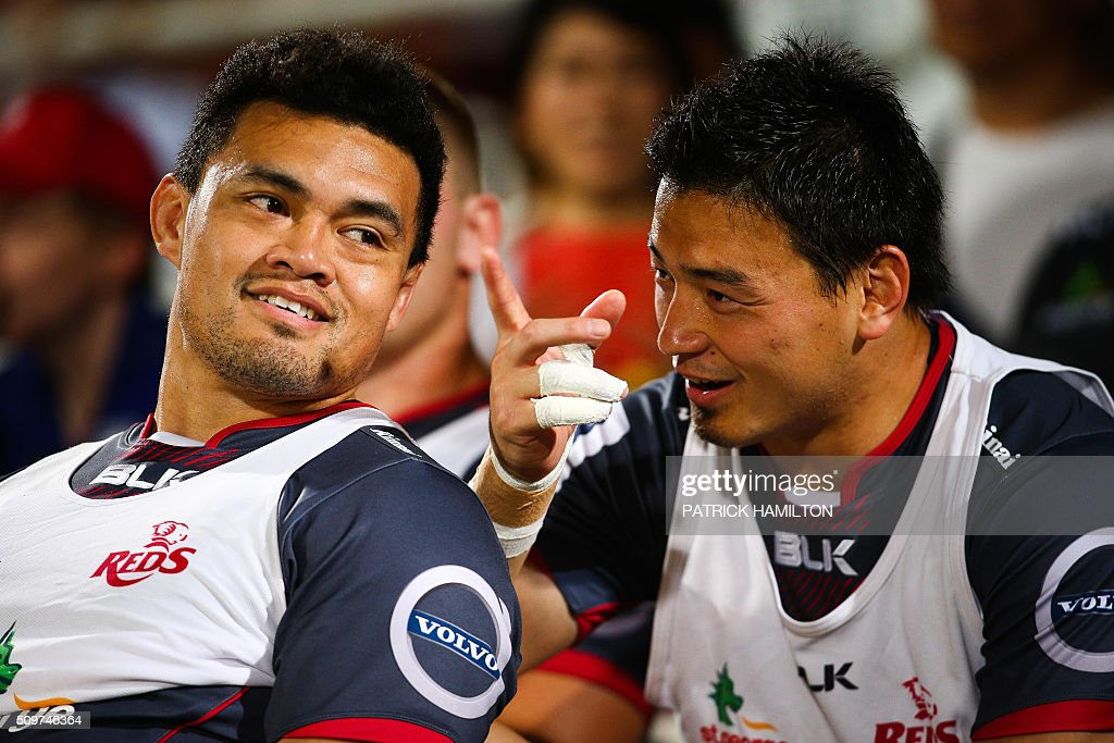 Queensland Reds Japanese import player Ayumu Goromaru (R) talks with teammate Hendrik Tui (L) while on the bench during the Super Rugby trial between Queensland Reds and Brumbies at Ballymore, Brisbane on February 12, 2016. The Super Rugby season starts on 26 February 2016. AFP PHOTO / PATRICK HAMILTON ---IMAGE RESTRICTED TO EDITORIAL USE - STRICTLY NO COMMERCIAL USE--- / AFP / PATRICK HAMILTON