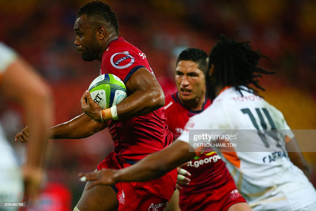 Queensland Reds player Eto Nabuli (L) beats the defence of Toyota Cheetahs player Sergeal Petersen (R) during the Super Rugby match between Queensland Reds and Toyota Cheetahs at Suncorp Stadium in Brisbane on April 30, 2016. / AFP / Patrick HAMILTON / --IMAGE