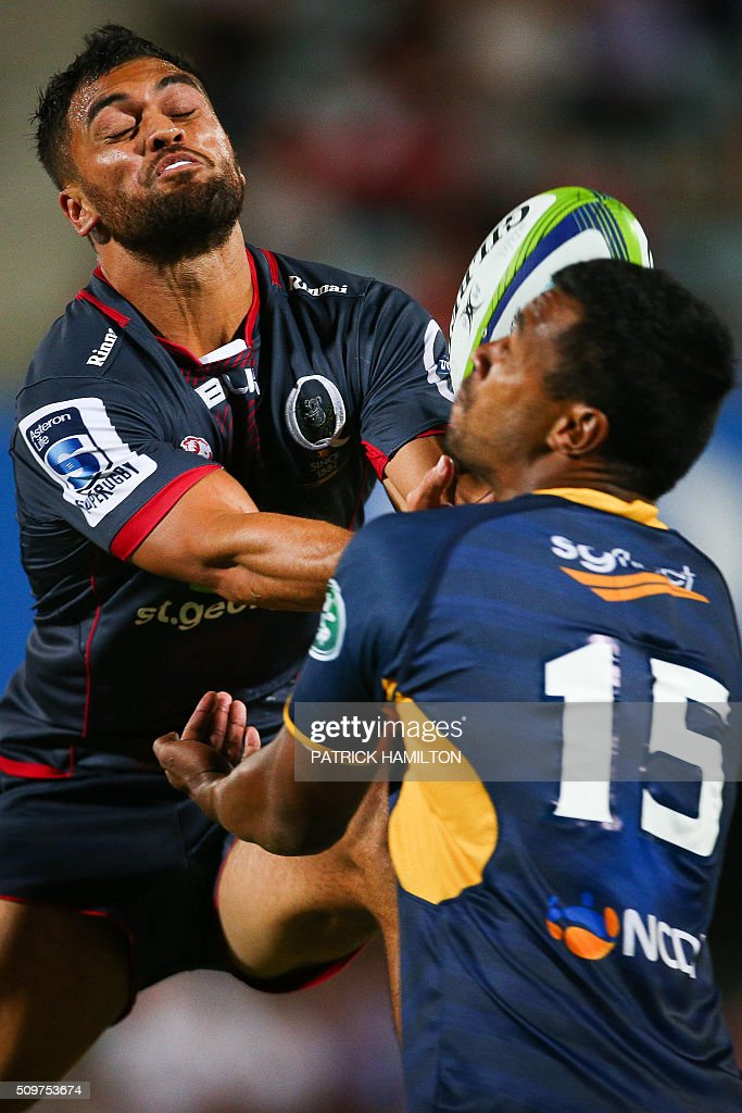 Queensland Reds player Karmichael Hunt (L) and Brumbies player Aidan Toua (R) leap for a highball during the Super Rugby trial between Queensland Reds and Brumbies at Ballymore, Brisbane on February 12, 2016. The Super Rugby season starts on February 26. AFP PHOTO / PATRICK HAMILTON ---IMAGE RESTRICTED TO EDITORIAL USE - STRICTLY NO COMMERCIAL USE--- / AFP / PATRICK HAMILTON