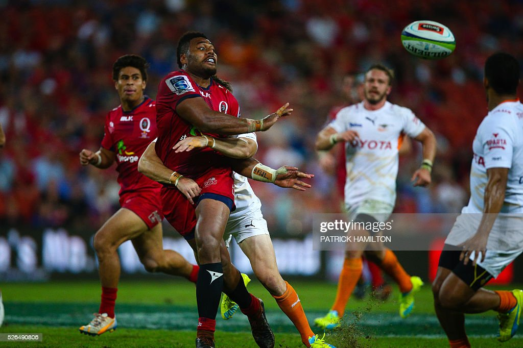 Queensland Reds player Samu Kerevi gets a pass away during the Super Rugby match between Queensland Reds and Toyota Cheetahs at Suncorp Stadium in Brisbane on April 30, 2016. / AFP / Patrick HAMILTON / --IMAGE