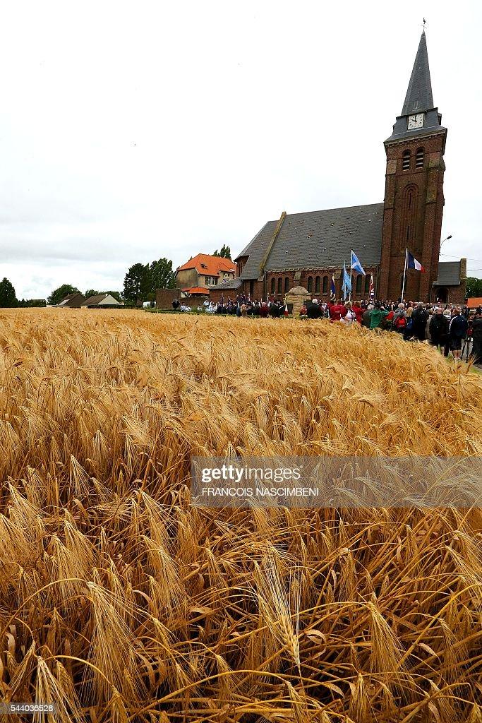 Quelques centaines de personnes assistent le 1er juillet 2016 à une cérémonie de recueil a Contalmaison, lors de la commémoration du centenaire de la bataille de la Somme. PHOTO