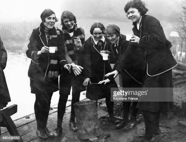 Quelques concurrentes photographiées autour d'un brasero et d'un thé chaud avant le début de la compétition au Regent Park Lake à Londres RoyaumeUni...