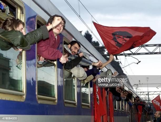 quelquesuns des 1400 manifestants italiens bloqués dans leur train à destination de Nice pour participer à un rassemblement contre le sommet des...