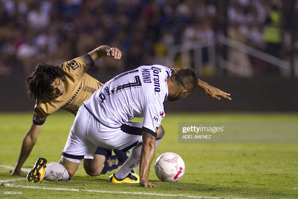 Queretaro's defender Mario Osuna (R) vies for the ball with Pumas's Matias Britos (L) during their Mexican Clausura tournament football match at La Corregidora stadium on April 29, 2016, in Queretaro, Mexico. / AFP / ADID