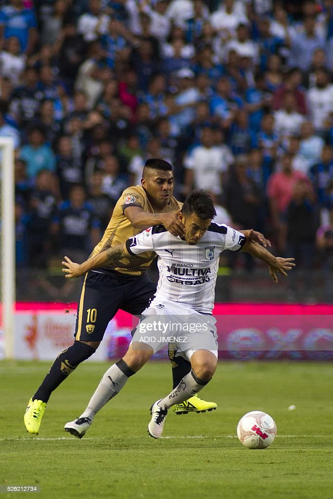 Queretaro's midfielder Nery Dominguez (R) vies for the ball with Pumas's midfielder Daniel Luduena (L) of Pumas, during their Mexican Clausura tournament football match at the La Corregidora stadium on April 29, 2016, in Queretaro, Mexico. / AFP / ADID
