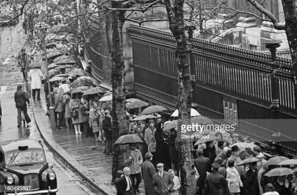 Queues for the 'Treasures of Tutankhamun' exhibition outside the British Museum London 1st April 1972