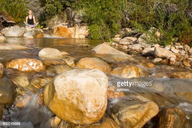 Temps calme - quelques yoga à côté de la rivière
