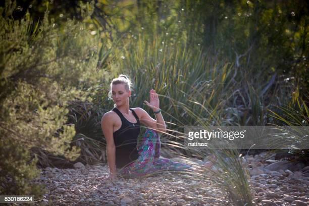 Séance de Yoga calme près de la rivière
