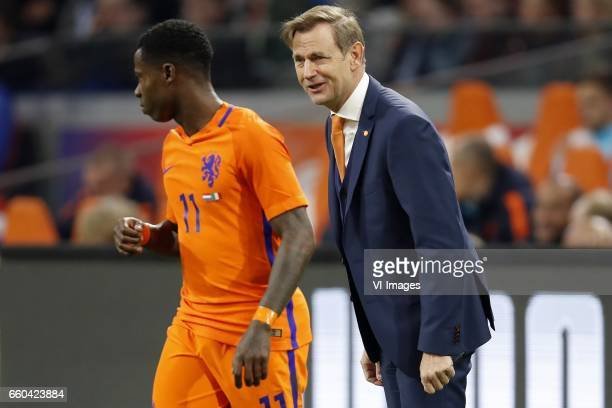 Quincy Promes of Holland goalkeeper trainer Frans Hoek of Hollandduring the friendly match between Netherlands and Italy at the Amsterdam Arena on...