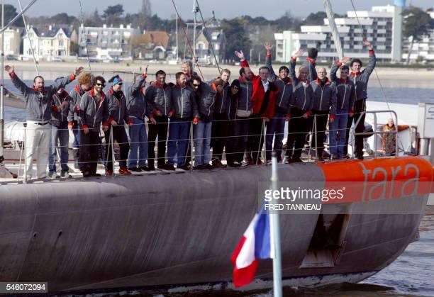L'équipage du voilier polaire Tara salue le public à son arrivée dans le port de Lorient le 23 février 2008 après 20 mois d'expédition scientifique...