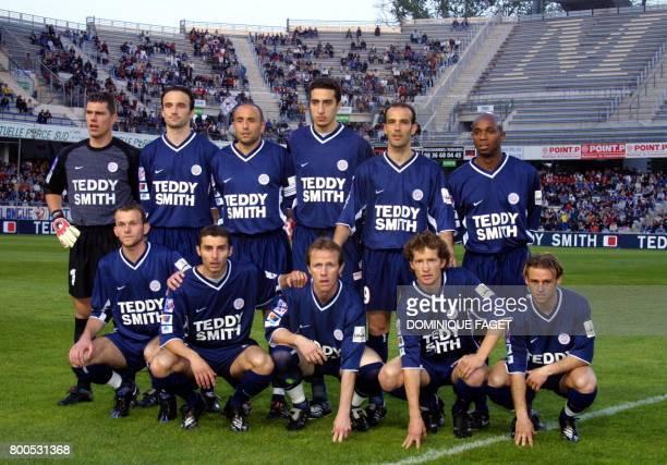 L'équipe de football de Montpellier pose pour une photo de groupe le 27 avril 2001 au stade de La Mosson à Montpellier avant la rencontre du...