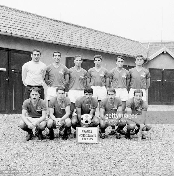 L'équipe de France de football qui joue les matchs de qualification pour la coupe du monde à Paris France le 9 octobre 1965